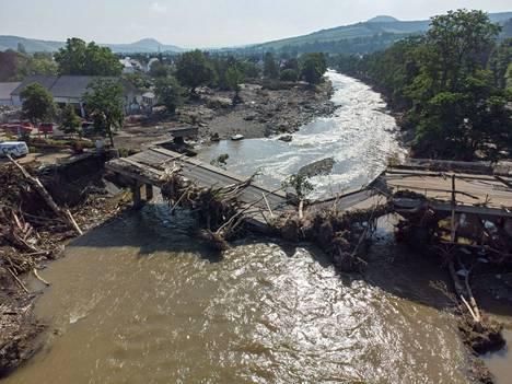 Ilmakuva näyttää tuhoutuneen sillan Ahr-joen yllä Ahrweilerissa Rheinland-Pfalzin osavaltiossa Saksassa. Saksan tulvissa on kuollut maanantaihin mennessä ainakin yli 160 ihmistä. Kuolonuhreista lähes 120 on tullut Rheinland-Pfalzin osavaltiossa.