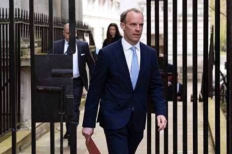 Britannian ulkoministeri Dominic Raab tuuraa pääministeri Boris Johnsonia tämän sairastaessa.