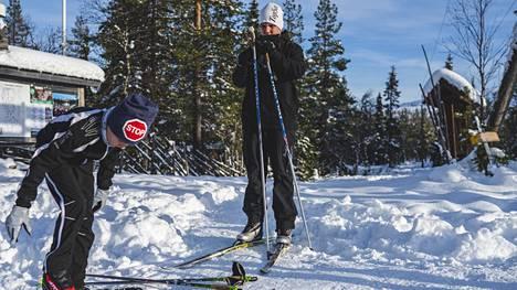 Justus ja Niklas Tikkanen laittavat suksia jalkaan Yllästunturin puurajan alapuolella kulkevan ladun lähtöpaikalla. Tikkaset tulivat Ylläkselle sunnuntaina.