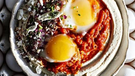 Shakshukan eli tomaattisen kananmunapannun voi tarjota hummuksen kanssa.