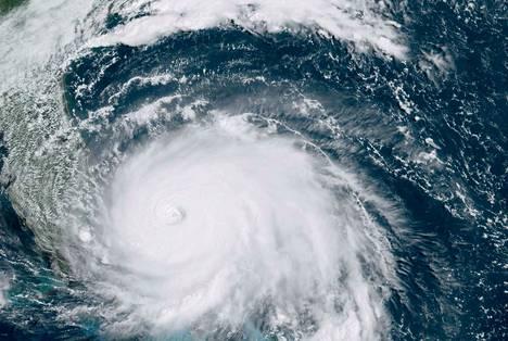 Satelliittikuvassa näkyvän hirmumyrsky Dorianin odotetaan tiistain aikana liikkuvan Bahamasaarilta kohti Floridan niemimaata.