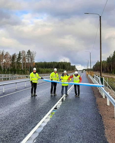 Kuvassa tien luovutus liikenteelle kasitiellä. Kuvassa Risto Rauva, työnjohtaja, Destia, Timo Niemi, työmaapäällikkö, Destia, Eetu Väisänen, projektijohtaja, Destia ja Kari Partiainen, projektipäällikkö, Väylävirasto.