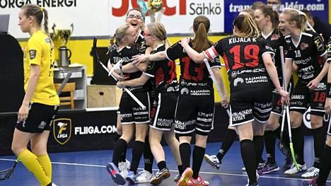 SB-Pron pelaajat juhlivat Aino Tuokkolan (vas.) tekemää tekemää 3–2 -maalia.
