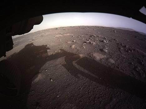Myös kolmannessa kuvassa näkyy Marsin pintaa.