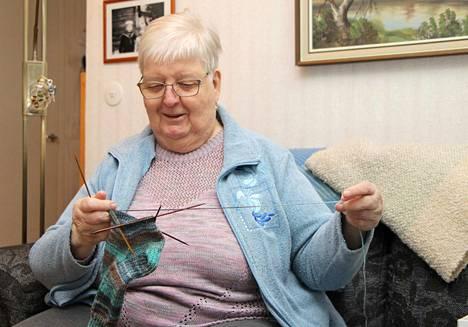 Mänttäläisen Ritva Anttilan käsissä syntyy useampi villasukkapari vuodessa. 80 vuotta täyttänyt nainen on yhä aktiivinen järjestötoimija.