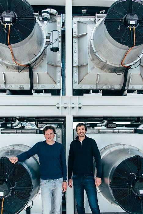 Climeworksin perustajat Christoph Gebald ja Jan Wurzbacher esittelevät hiilensieppauslaitteita.