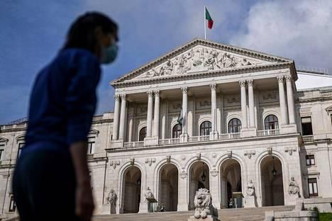 Portugalin koronatilanne on riistäytynyt pahaksi. Arkistokuvassa nainen kävelee Portugalin palamenttitalon edustalla Lissabonissa.