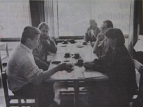 KMV-lehti kertoi 12. kesäkuuta 1990 Kuoreveden pitäjänkirjan valmistumisen edenneen hyvin. Kuvassa kokoustaan pitää pitäjänkirjan toimikunta.