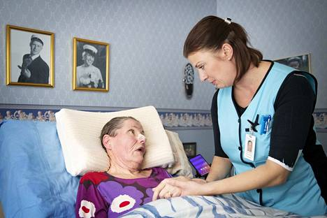 Kotisairaalan sairaanhoitaja Anne Riikonen on saatellut 16 vuoden aikana satoja potilaita viimeiselle matkalle. Riikonen käy säännöllisesti ALS-tautia sairastavan Marja-Liisa Lahden kotona tarkastamassa hänen vointia.