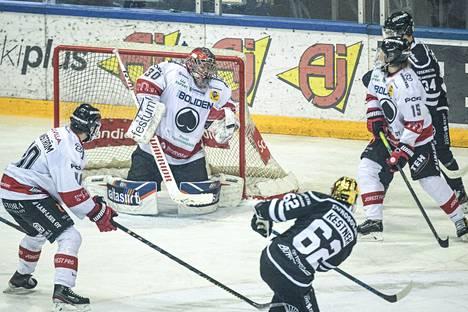 Linus Söderström torjui jo kuudennen peräkkäisen ottelunsa Ässien maalilla. Lokakuussa loukkaantunut ja tammikuussa tositoimiin palannut maalivahti on kovassa vedossa.