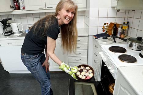Jaana Ahonen on ollut kasvissyöjä jo kolme vuosikymmentä. Hän sanoo, että jokainen tekee valintansa esimerkiksi ruuasta itse.