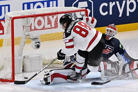 Andrew Mangiapanen näyttävä harhautus toi Kanadalle 3-1-johdon. Hän ohitti USA:n maalivahdin Cal Petersenin.