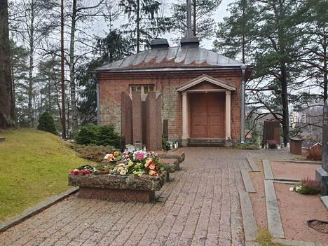 Nokian vanhalla hautausmaalla on muistelupaikka muualle haudatuille. Punatiilinen rakennus on vanha leikkaushuone.