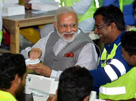 Intian pääministeri Narendra Modi (kesk.) tapasi intialaisia siirtotyöläisiä Dohan Msheirebissä Qatarissa vieraillessaan maassa kesäkuussa 2016.