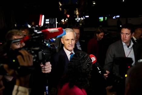 Työväenpuolueen johtaja Jonas Gahr Store matkalla puolueensa vaalivalvojaisiin Folkets Husiin maanantai-iltana 13. syyskuuta.