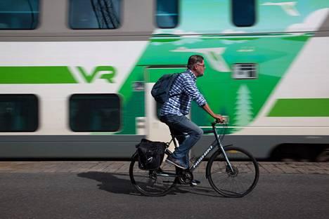 Juna Toijalasta Tampereelle lähtee raiteelta kolme. Toimittaja Matti Kuusela luottaa kuitenkin pyörään.
