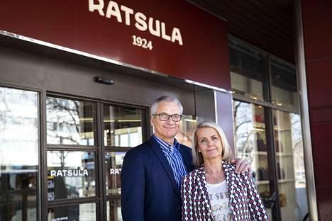 Toimitusjohtaja Matti Ratsula ja ostojohtaja Kati Ratsula joutuivat tekemään vaikean päätöksen.