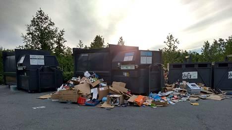 Linnainmaan kierrätyspisteellä näytti tältä keskiviikkoiltana.