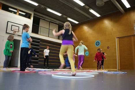 Lapset ottivat liikuntatilan nopeasti haltuun kerho-ohjaaja Aada Heikkilän opastuksella. SUL:n ja Nestlén kerhon paikallinen toimija maanantaisin heti koulun jälkeen kokoontuvassa kerhossa on Kankaanpään seudun Leisku.