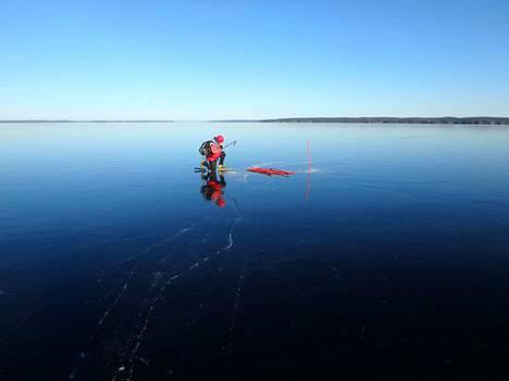 Perjantaiaamuna Pekka Tyllilän aloittaessa merkitsemisurakan oli Näsijärven jää neitseellisessä kunnossa.