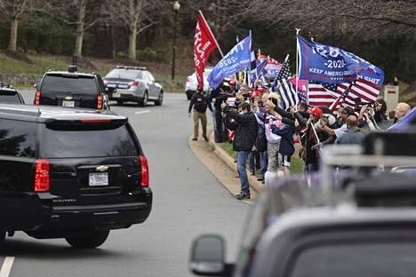 Presidentti Donald Trumpin kannattajat osoittivat suosiotaan tämän autosaattueelle presidentin mennessä pelaamaan golfia Virginian Sterlingissä viime sunnuntaina. Trump on kannattajineen raivostunut Fox Newsille, mitä on pitkään pidetty kritiikittömänä presidentin kanavana.