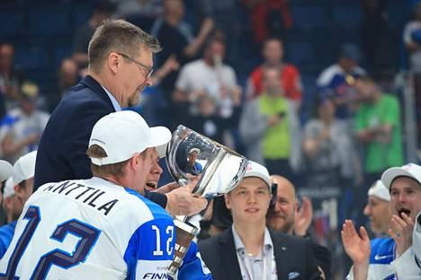 Päävalmentaja Jukka Jalonen pääsi Marko Anttilan ja kumppanien kultatuoliin mestaruuspokaalin kanssa.