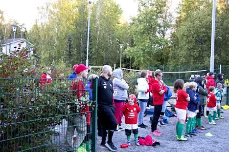 """TPV:n """"vaihtopenkillä"""" seurattiin ottelua silmä kovana. Kuvassa näkyvät keskellä TPV:n kaksi valmentajaa Jussi Okkonen tummassa asussa ja Toni Stenholm punaisessa hupparissa ja tummissa housuissa. Joukkueen kolmas valmentaja on Heikki Ulmanen."""