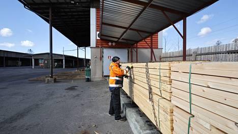 Juha Hyssinmäki sitoo kyllästykseen menevää puuta Lännen Painepuun tehtaalla. Kaikki menee kaupaksi, eikä sahoilta liikene kotimaan markkinoille riittävästi tavaraa.