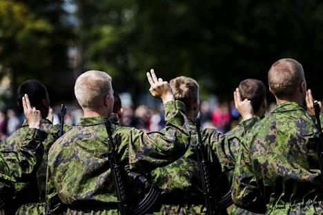 Satakunnan lennoston tuorein saapumiserä vannoi sotilasvalansa kuluvan vuoden elokuussa Ylöjärven Räikän kentällä.