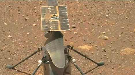 Ingenuityn Marsin pinnalla kuvasi Perseverance-mönkijä.
