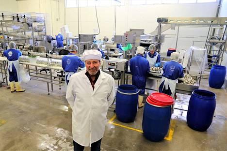 Suomen Sillikonttori Oy:n tuotanto oli pysähdyksissä elo–syyskuun, ja tehtaan avattua Röölässä on jo palkattu kausityöväkeä. Omistaja Matti Ruuska tuurasi keskiviikkona hetken linjalla itsekin.