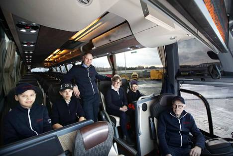 Linja-autossa on tunnelmaa, kun mukana on kolme sukupolvea eli Ola (vas.), Emil, Mikko, Anne, Elli ja Matti Sundell.