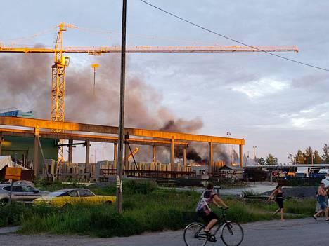 Varastorakennuksen palosta nousi sankka savu juhannustaivaalle.
