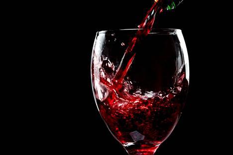 Punaviinin sisältämistä yhdisteistä eniten terveyteen vaikuttaa alkoholi eli etanoli.