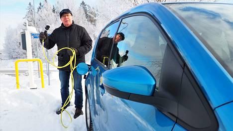 Jukka Hiltusen vakiolatauspisteet löytyvät läheltä kotia, ja autoon on helppo tankata virtaa kauppareissun aikana. Kaikista lataussähköistään hän on maksanut vasta reilut 50 euroa.