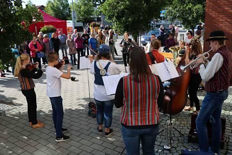 Elokuussa 2019 Amyrit-yhtye viihdytti yleisöä Hörhiäisviikolla. Tänä vuonna Hörhiäisviikon esiintyjistä pääsee nauttimaan syyskuussa, verkon välityksellä.