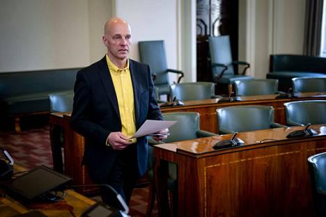 Sheikki Laakso aloitti kansanedustajana huhtikuussa. Ensimmäisen kauden kansanedustajan palkkio on 6 614 euroa kuukaudessa.