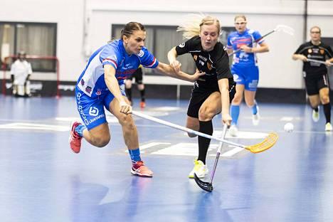 Classicin Michaela Sponiarova (vas.) ja Kooveen Johanna Homi taistelivat pallosta Linnainmaan liikuntakeskuksessa.