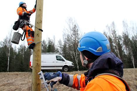 Arkistokuvassa Vatajankosken Sähkön Kai Lepistö ja Pasi Hiltunen rakentamassa sähköverkkoa valtatie 23:lla.