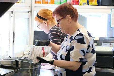 Hannele Möykkynen on työskennellyt Vilkun Autogrillin yrittäjänä kohta viisitoista vuotta. Tuo rajapyykki ylittyy 25. toukokuuta. Taustalla asiakasta palvelee Suvi Hyvärinen.