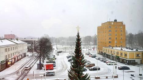 Lumisade värjäsi Valkeakosken keskustan valkoiseksi perjantaina 4. joulukuuta 2020.