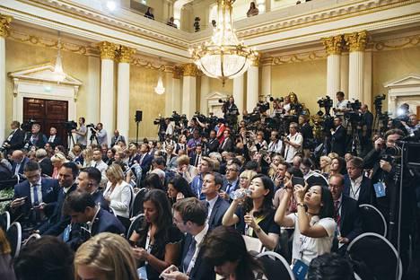 Median edustajat ovat seuraamassa Trumpin ja Putinin tapaamista Helsingissä 2018.