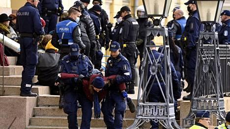 Poliisi siirsi ympäristöliike Elokapinan mielenosoittajia pois Valtioneuvoston linnan edustalta Helsingissä 8. lokakuuta.