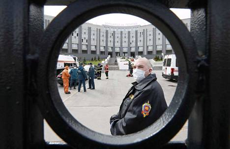 Turvallisuusviranomainen vartioi St. George -sairaalan portin edessä tiistaina Pietarissa. Koronapotilaita hoitavan sairaalan kuudennessa kerroksessa syttyi tiistaiaamuna tulipalo, jossa kuoli viisi tehohoidossa ollutta potilasta.