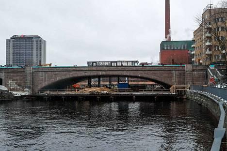 Tampereen Hämeensillan remontin eteläpuoli on valmistumassa. Työt jatkuvat sillan pohjoispuolella.