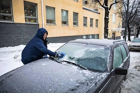 Karitta Kuukka oli pitänyt autoa käynnissä 15 minuuttia ja tehnyt etuikkunaan näkökenttää parkkikiekolla. Kohta naapuri lainasi työhön jääraapan, ja homma alkoi sujua.
