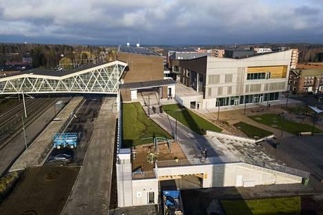 Uusi Lempäälä-talo on näyttävä kokonaisuus vasemmalla näkyvän pääradan varressa. Radan ylittää Telkäntaipaleen silta.