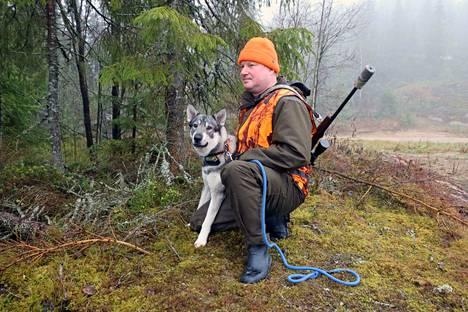 Juupajoen kunnanvaltuuston puheenjohtaja ja Vuoden lylyläinen Pekka Rae, harrastaa kalastusta ja metsästystä. Hirvikoirana on 1-vuotias jämtlanninpystykorva Alma.