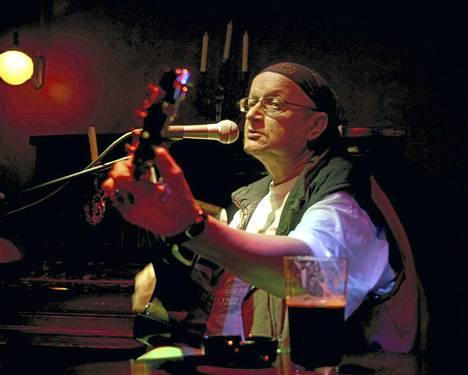 Juice Leskinen esiintyi 18. heinäkuuta 2002 Tammerfesteillä London Pubissa.