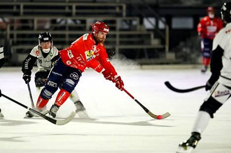 Narukerä (kuvassa Timo Niemi) löi Kampparit runkosarjassa kotijäällään maalein 5–3.